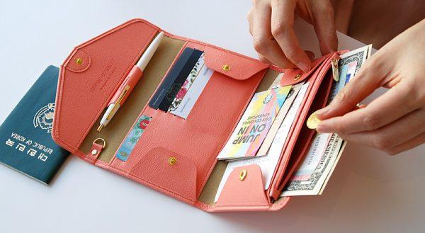 Hãy luôn mang theo ví tiền và giấy tờ quan trọng bên mình